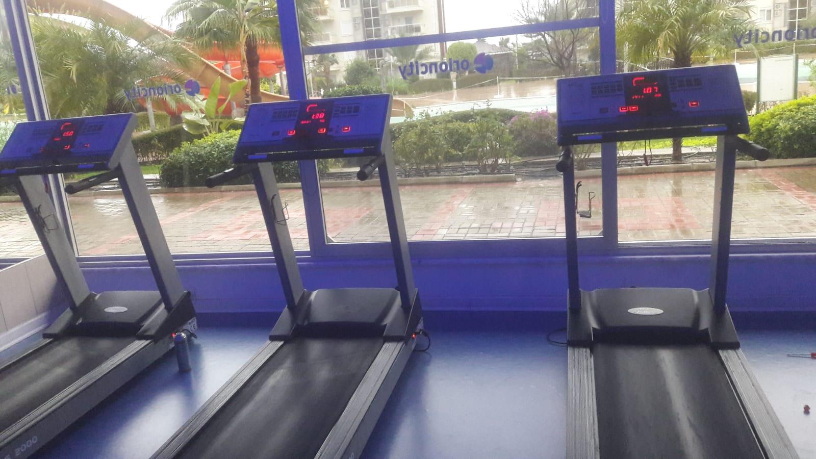 Spor salonunda tüm Spor Aletleri tamir edildi ve arızalı bir motor değiştirildi. Daha rahat bir egzersiz için duvara bir saat asıldı