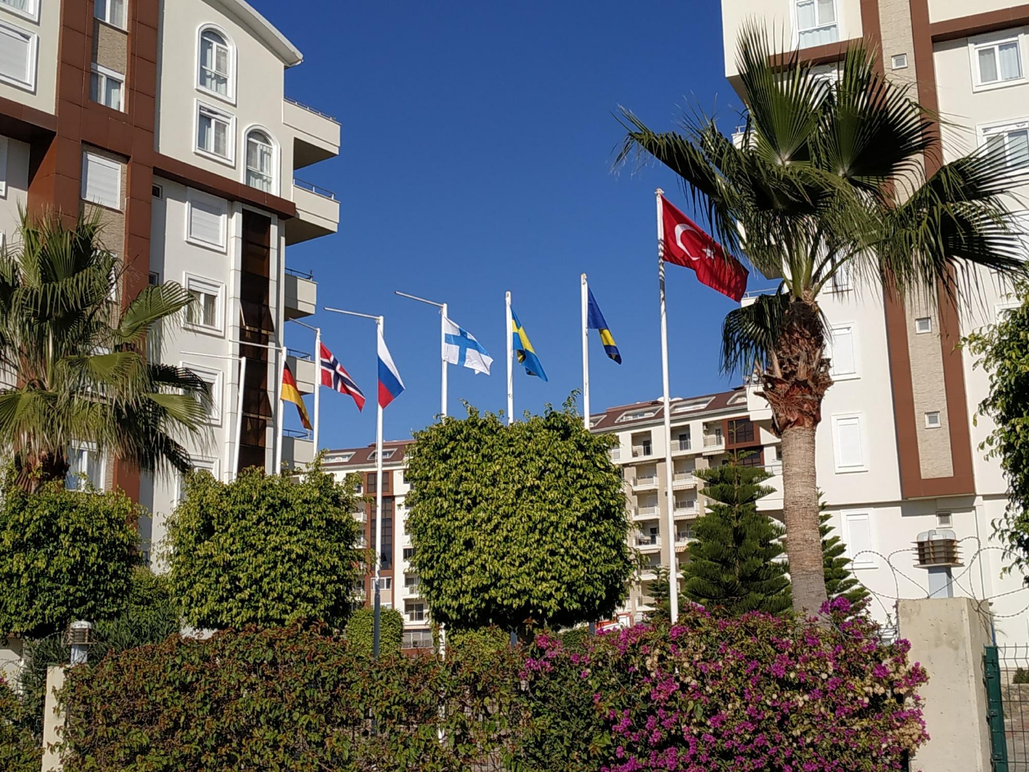 Eski bayrakları yenileriyle değiştirdik - bu Orion City' deki  uluslararası birliğimizin bir sembolüdür.