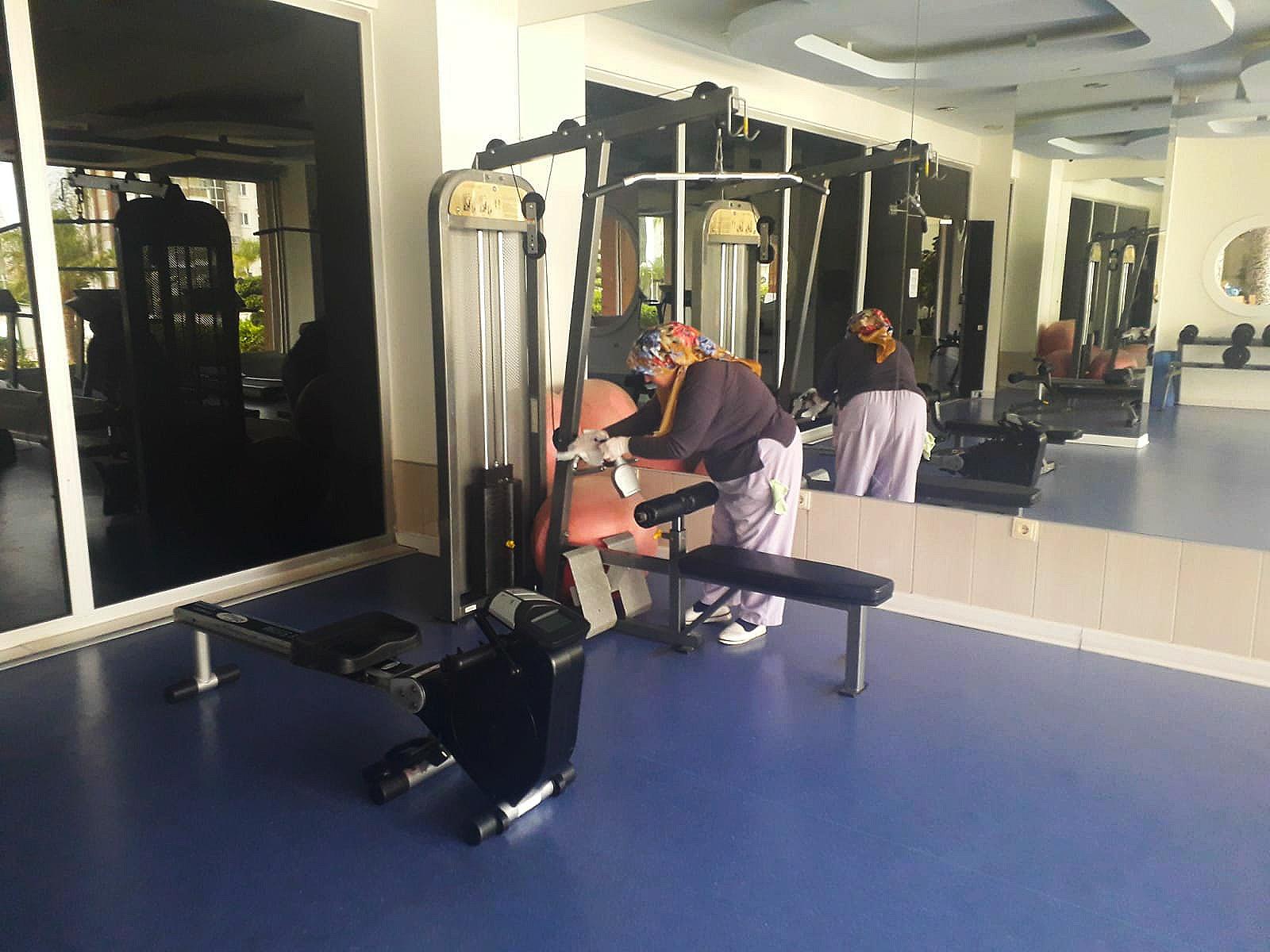 Fitnes  salonunda bulunan tüm spor aletleri özel bir ilaçla dezenfekte yapıldı..