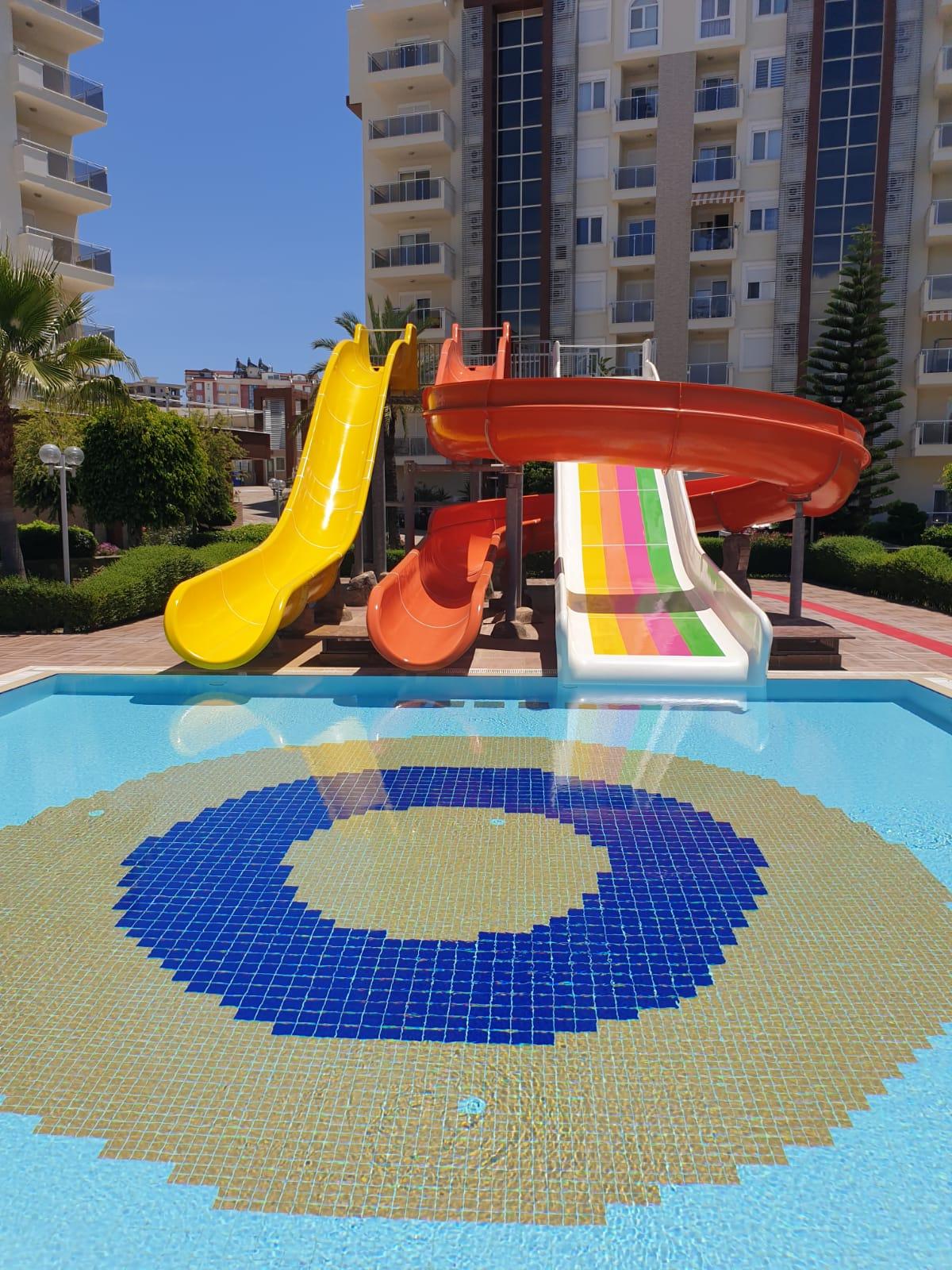 Büyük havuzdaki su kaydıraklarının yüzeyi yenilenmiştır ve yeniden boyanmıştır